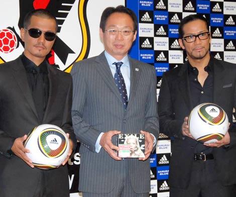 EXILEが来年のサッカー・W杯応援ソングを制作、会見には岡田武史監督(中央)とEXILEのメンバーを代表してATSUSHI(左)、HIROが出席 (C)ORICON DD inc.