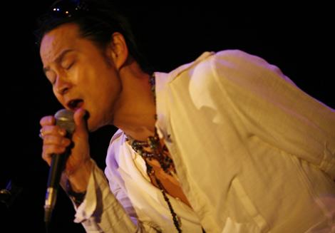 心因性発声障害で声を失っていたT-BOLANの元ボーカル・森友嵐士が14年ぶりのステージで熱唱