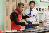 番組で料理を披露する亀田興毅