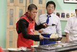 関西テレビ『トミーズのはらぺこキッチン極』年始のスペシャル番組で料理を披露する亀田興毅