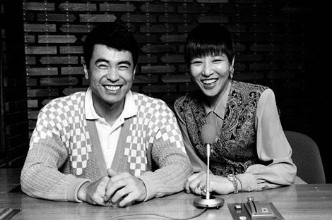 記念すべき1990年4月7日の初回放送時の和田アキ子 当時アシスタントの田中義剛と共に当時のアシスタント・田中義剛と共に
