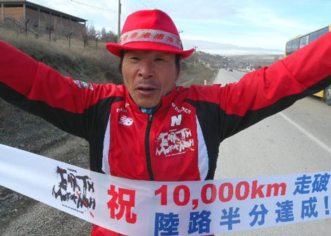 世界一周「アースマラソン」に挑戦中の間寛平がマラソンでの1万キロ走破を達成 (C)間寛平アースマラソン製作委員会