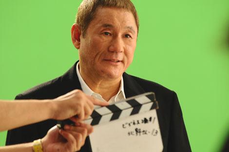 撮影ではスーツをビシッと着こなした北野武/ECC新CM