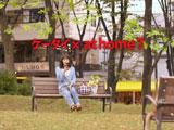 公園で携帯電話を片手に部屋探しをする相武紗季/『アットホーム』新CM