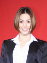 米倉涼子、新成人にシャンパン振る舞う