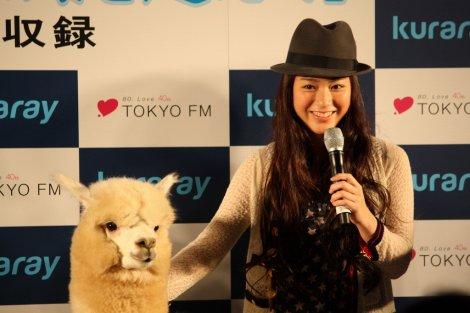 """TOKYO FM公開収録「クラレ""""ミラバケッソ"""" presents ランドセルは海を越えて」にサプライズゲストとして登場した成海璃子とクラレちゃん"""