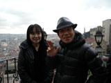イスタンブールで会見を開いた間寛平(右)と妻の光代さん (C)間寛平アースマラソン製作委員会