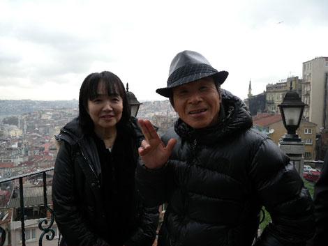 会見を開いた間寛平(右)と妻の光代さん (C)間寛平アースマラソン製作委員会