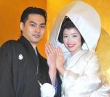 挙式後の会見で仲良く婚約指輪を披露した柳楽優弥と豊田エリー (C)ORICON DD inc.