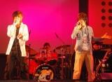 デビュー曲「BE WITH YOU」を披露した梅田直樹 featuring JOYの梅田直樹(右)とJOY (C)ORICON DD inc.