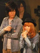 梅田直樹(左)の初ライブにペアルックの衣装で登場した妻の益若つばさ (C)ORICON DD inc.