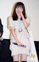 出産後初めて公の場に登場で報道陣の声がけに照れる奥菜恵