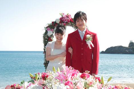 サムネイル NHK連続テレビ小説『ウェルかめ』で結婚式を挙げた倉科カナ(左)と大東俊介