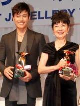 『第21回 日本ジュエリー ベストドレッサー賞』を受賞した(左から)イ・ビョンホンと鳩山幸首相夫人 (C)ORICON DD inc.