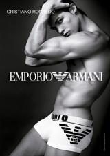 ファッションブランド『エンポリオ アルマーニ』の2010年イメージモデルを務めるクリスティアーノ・ロナウド選手が引き締まった体を披露しているポスター