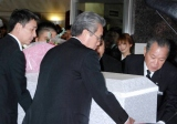 母・時子さんの告別式で親族によって運ばれる棺を憔悴した顔で見つめる後藤真希 (C)ORICON DD inc.
