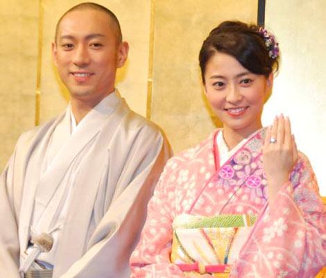 サムネイル 幸せいっぱいの笑顔で婚約を報告する市川海老蔵(左)と小林麻央 (C)ORICON DD inc.
