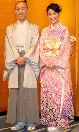 幸せいっぱいの笑顔で婚約を報告する市川海老蔵(左)と小林麻央 (C)ORICON DD inc.