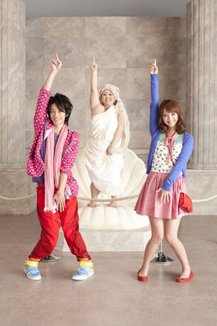 """パワーアップした""""Fit'sダンス""""を披露する(左から)佐藤健、渡辺直美、佐々木希"""