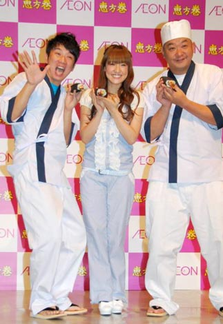 「イオンの恵方巻」発売記念PRイベントに出席したTKOの木本 武宏(左)と木下隆行(右)、大沢あかね(中央) (C)ORICON DD inc.