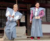 DVD『新宿与太郎狂騒曲』のヒット祈願イベントを行ったサンドウィッチマンが豆まき