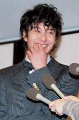『2010年エランドール賞』授賞式前の会見で笑顔を見せる岡田将生 (C)ORICON DD inc.