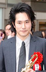 『第64回毎日映画コンクール』の表彰式を前に報道陣のインタビューに応じた松山ケンイチ
