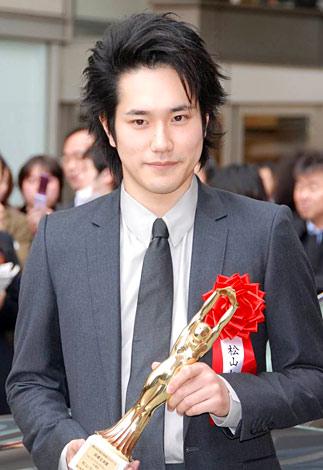 サムネイル 『第64回毎日映画コンクール』の表彰式を前に報道陣のインタビューに応じた松山ケンイチ