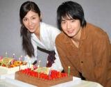 NHK連続テレビ小説『ゲゲゲの女房』取材会で、誕生日を迎えた松下奈緒(左)と向井理にサプライズで歌とバースデーケーキが贈られた (C)ORICON DD inc.