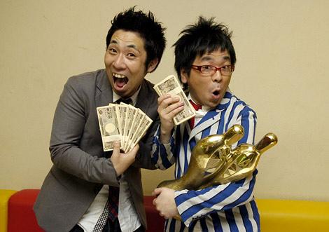 『M-1グランプリ2009』で王者に輝き、優勝賞金1000万円を受け取り会見に臨んだパンクブーブー