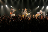 ファンクラブライブで解散を発表したSURFACE(サーフィス)のボーカル・椎名慶治(中央)、ギター・永谷喬夫(右)