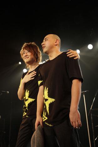 ファンクラブライブで解散を発表したSURFACE(サーフィス)のボーカル・椎名慶治(左)、ギター・永谷喬夫(右)