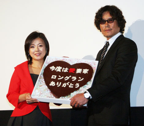 豊川悦司(右)から夫婦役を演じた薬師丸ひろ子(左)に45センチほどある特大チョコレートを贈るセレモニーが行われた(C)ORICON DD inc.