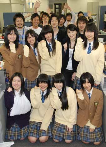 オリコンDDに来社PRに訪れた品川女子学院の生徒さんとテレビ東京・水原恵理アナウンサー(C)ORICON DD inc.
