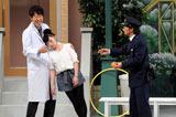 面識のある小籔千豊(左)にもたれる加護亜依