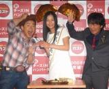 スピードワゴンの井戸田潤(左)、小沢一敬(右)と工藤綾乃 (C)ORICON DD inc.