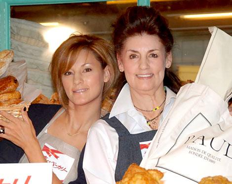 サムネイル 映画『恋するベーカリー』のイベントに出席した梅宮アンナ(左)と母のクラウディアさん