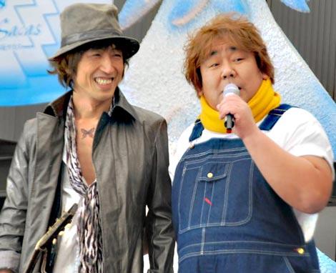 石塚英彦(右)のデビューシングル「笑っているよ」の発売記念イベントには、同曲を手掛けた三宅伸治も参加 (C)ORICON DD inc.
