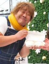 ホンジャマカ・石塚英彦がデビューシングル「笑っているよ」の発売記念イベントを開催! 寒空の下お客さんには温かい肉まんがプレゼントされた (C)ORICON DD inc.