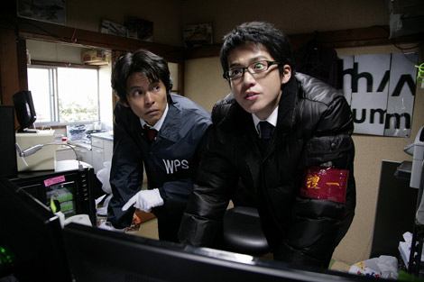 映画『踊る大捜査線 THE MOVIE 3』に本庁のエリート官僚役で出演する小栗旬(右)と主演の織田裕二