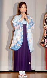 ドラマ『卒うた』のテーマに合わせた袴姿で登場した国仲涼子