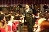 客席で歌うキム・ボムス (C)CJ Media Japan