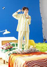 ベッドの上でノリノリに「センチメンタル・ジャーニー」をもじって踊る新垣結衣/『十六茶』新CM