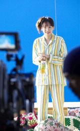 """撮影の合間には""""素""""の表情もチラリ/新垣結衣が出演する『十六茶』新CMメイキングカット"""