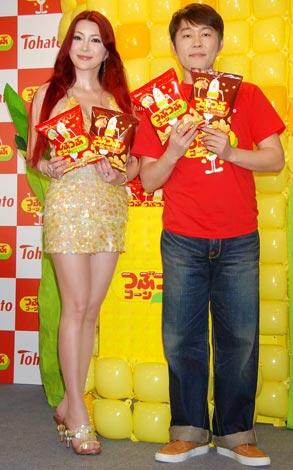 コーンスナック『つぶつぶコーン』の発売記念イベントに出席した(左から)叶美香、つぶやきシロー (C)ORICON DD inc.