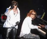 """ToshI(左)の""""ソロラストコンサート""""『武士JAPAN』にゲスト出演したYOSHIKI (C)ORICON DD inc."""