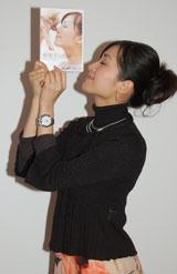 発売中のDVD『麻理子の部屋』のジャケットと同じポーズをする大江麻理子アナウンサー (C)ORICON DD inc.