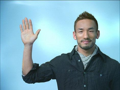 笑顔で『TBC』CMに出演する中田英寿