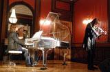 YOSHIKIのピアノ演奏と共にSUGIZOがバイオリンを奏で代表曲「Forever Love」を披露