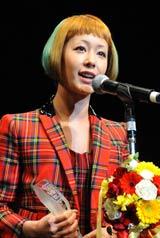『TOKIO HOT 100 AWARD』の授賞式に登壇した木村カエラ